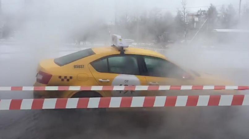 Такси провалилось под землю на Гражданском проспекте