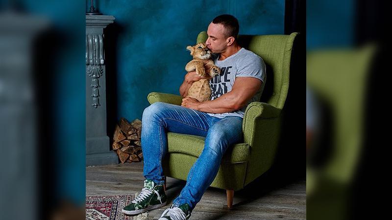 Александр Васюкович со своим львёнком/ Фото: личная страница в vk.com